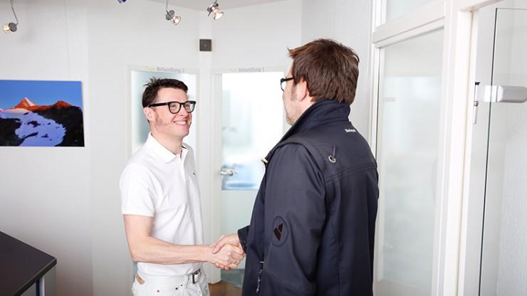 Dr. Meyer begrüßt seinen Patienten.