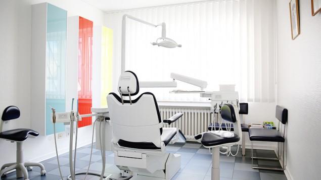 Modern eingerichtetes Behandlungszimmer in der Zahnarztpraxis.