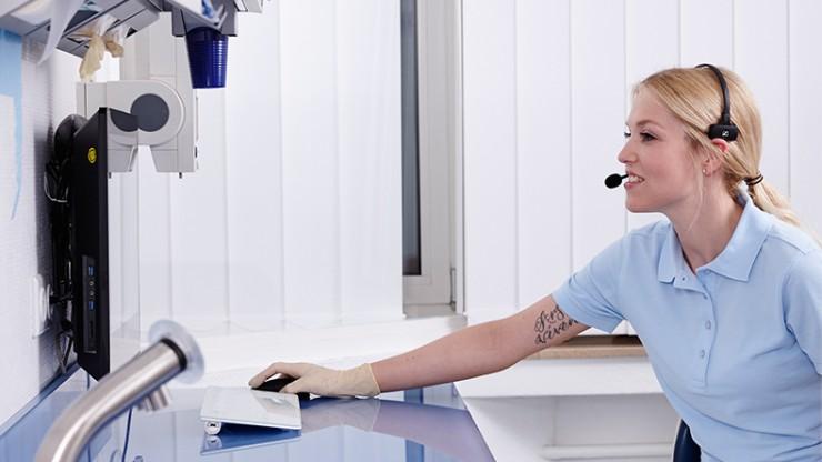 Eine Mitarbeiterin schaut auf einen Bildschirm.