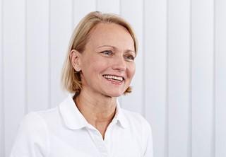 Die Zahnärztin Dr. Antje Engemann-Meyer in Ihrer Praxis in Düsseldorf.