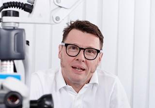 Dr. Meyer in seiner Praxis in Düsseldorf.